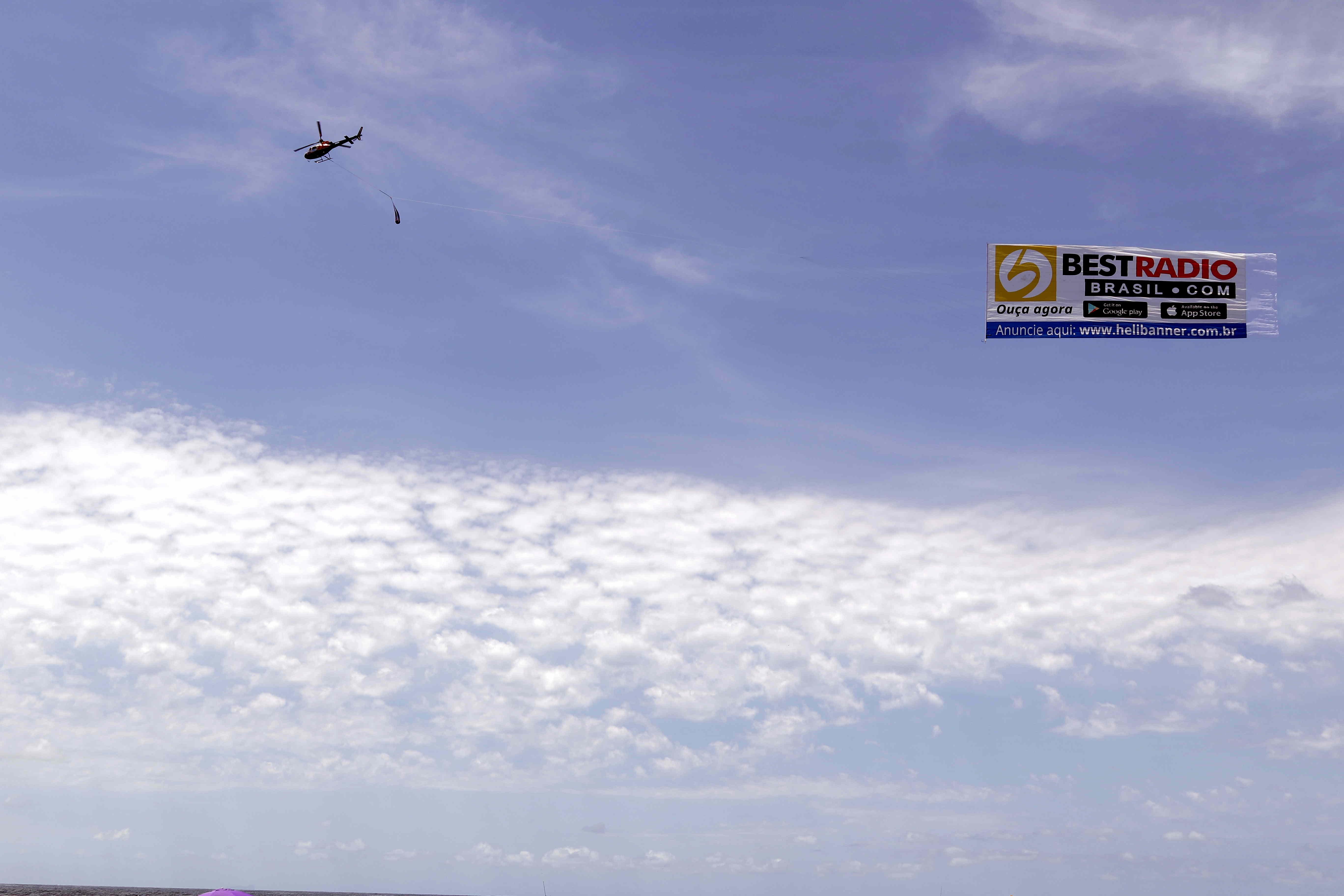 Banners gigantes transportados por Helicóptero !